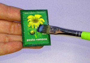 Briefmarke aufkleben mit Servietten-Kleber