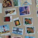 Briefmarken vom Umschlag gelöst, getrocknet und gepresst