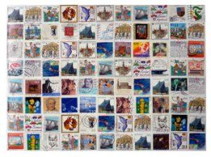 Briefmarken geordnet aufgeklebt auf Karton