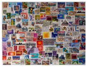 Briefmarken überlappend aufgeklebt auf Karton