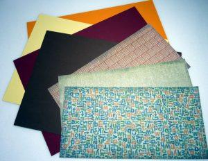 Farbkarton und Motivpapier zum Basteln der Herbstblätter