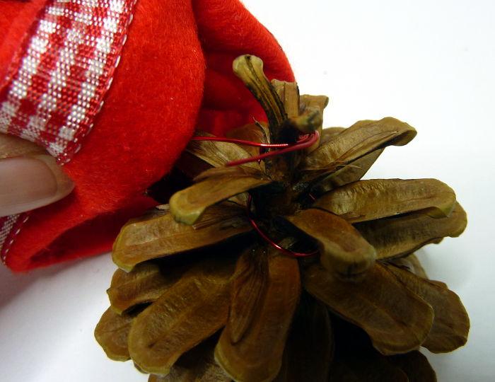 Draht am Tannenzapfen befestigen für Zapfenanhänger mit Zipfelmütze