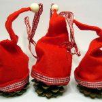 DIY Weihnachtsdeko: Drei Tannenzapfen Anhänger mit Zipfelmützen
