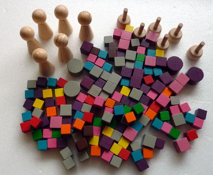 Holzfiguren und Holzwürfel