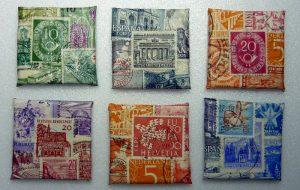 Malkarton 4 x 4 cm beklebt mit Briefmarken