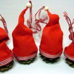Vier DIY Tannenzapfen Anhänger mit Zipfelmütze stehend