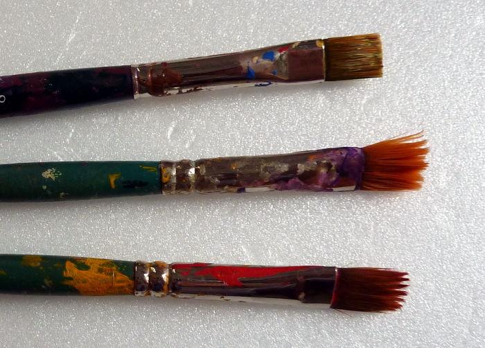 Drei Borstenpinsel vor der Reinigung mit Pinselreiniger für Acrylfarbe