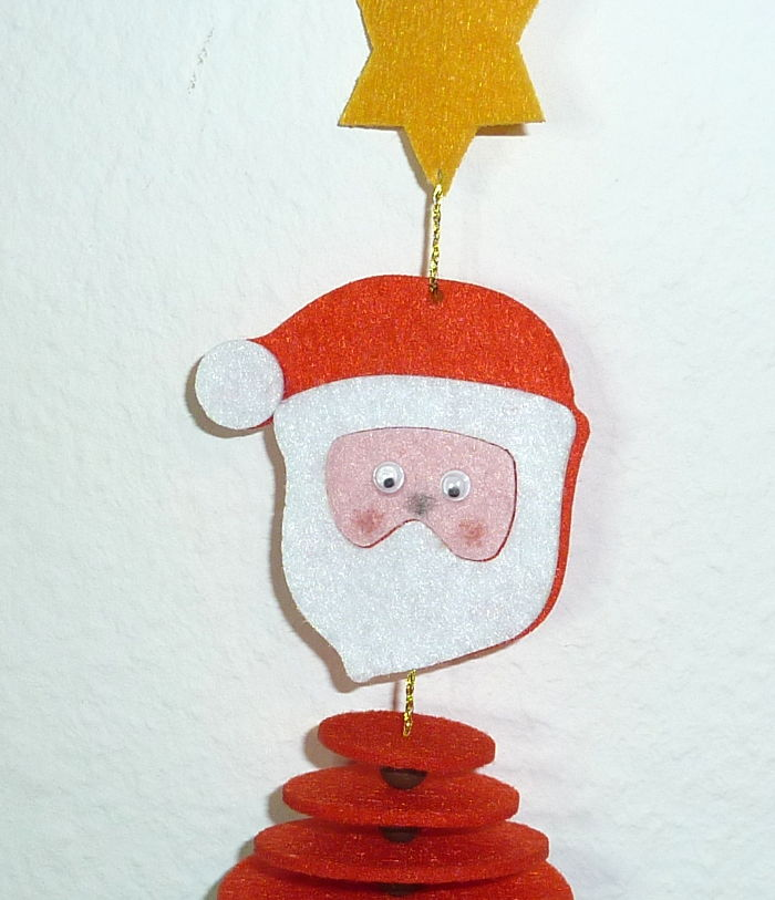 Weihnachtsmann aus Filz mit aufgemalter Nase und Wange