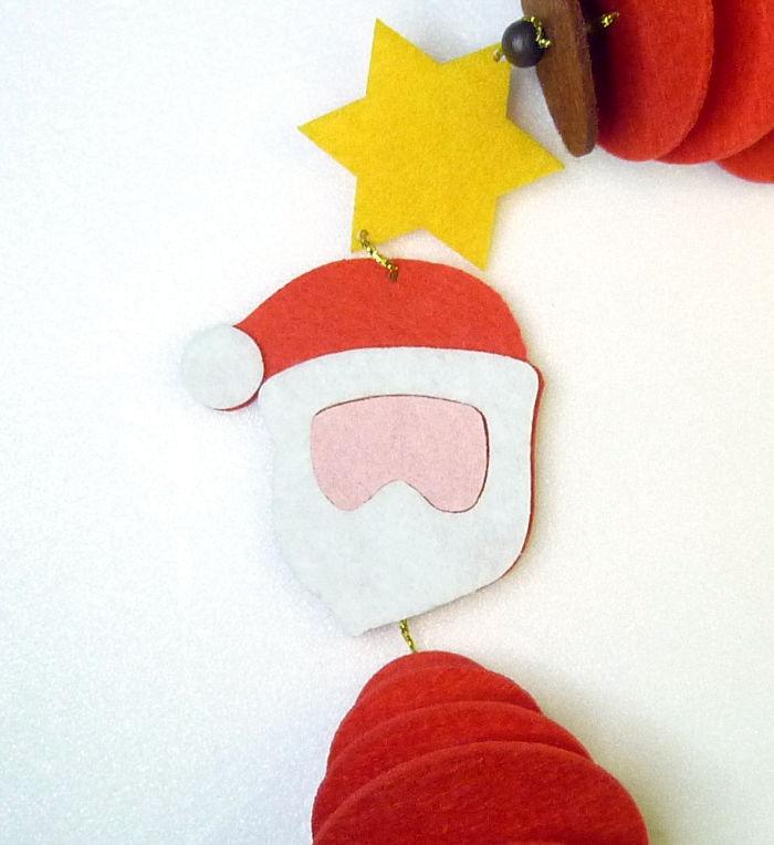 Filzteile vom Weihnachtsmann Gesicht aufgeklebt