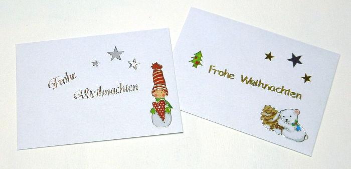 Kleine Briefumschläge mit Weihnachts-Aufklebern beklebt