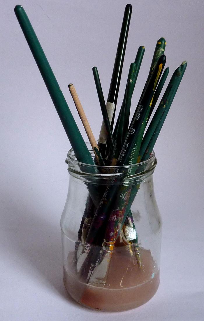 Pinsel im Glas bei der Reinigung mit Pinselreiniger