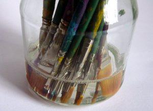 Pinsel im Glas mit Pinselreiniger für Acrylfarbe