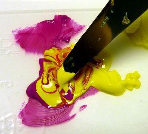 Acrylfarben mischen Magenta und Gelb mit Malmesser