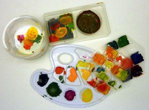 Paletten aus Kunststoff und Behälter zum Farbenmischen