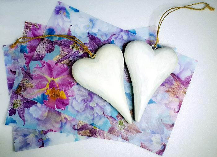 Herzen aus Holz weiß grundiert mit Decopatch Papier mit Blumen