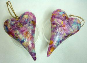 Holz Herzen beklebt mit Decopatch Papier beim Trocknen