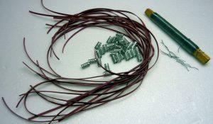 Bänder und Metallperlen vorbereitet für Ostereier