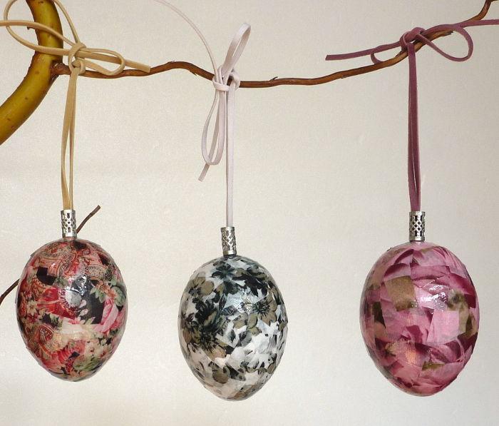 Drei Ostereier gestaltet mit Decopatch hängend am Osterstrauch