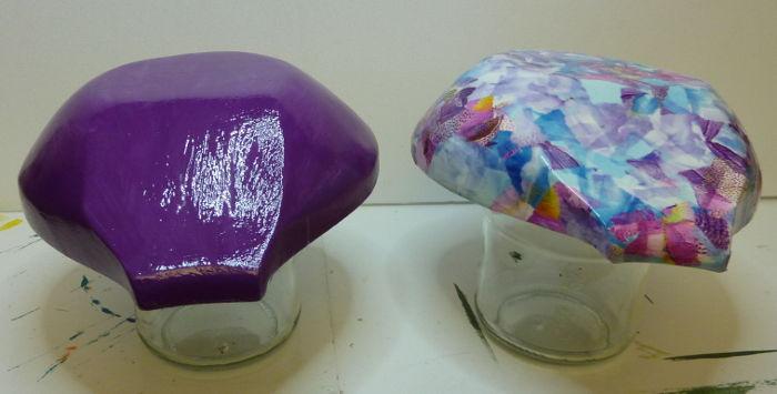 Zwei Holzschalen lackiert beim Trocknen auf Gläsern