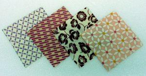 Buntpapier mit Muster in Rosa und Bordeaux