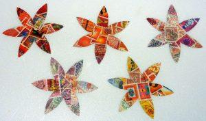 Fünf gebastelte Blumen mit Briefmarken