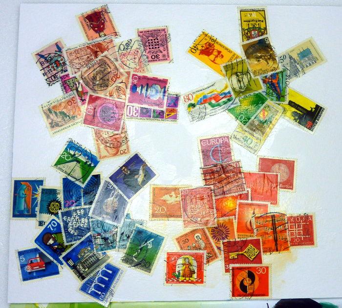 Briefmarken auf Papier geklebt