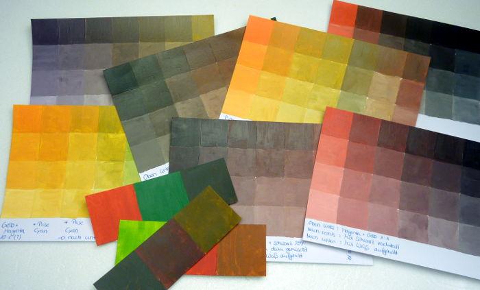 Verschiedene Farbkarten vom Braun mischen