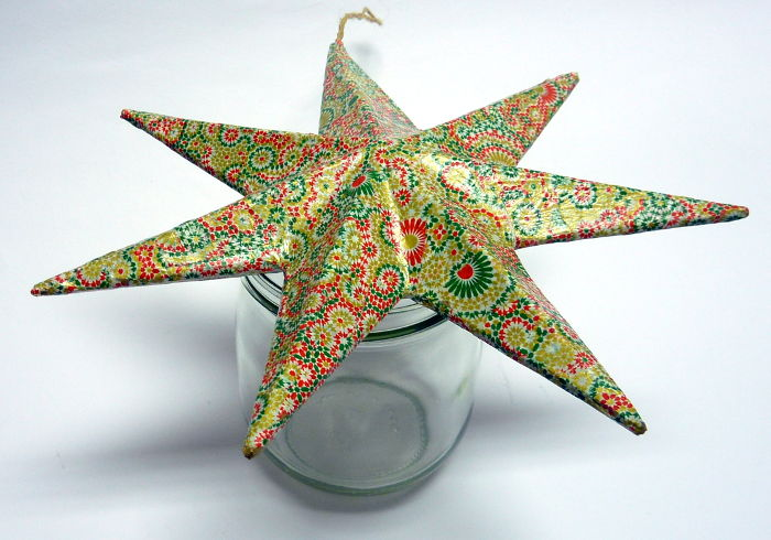 Pappmache Stern mit Klarlack lackiert beim Trocknen