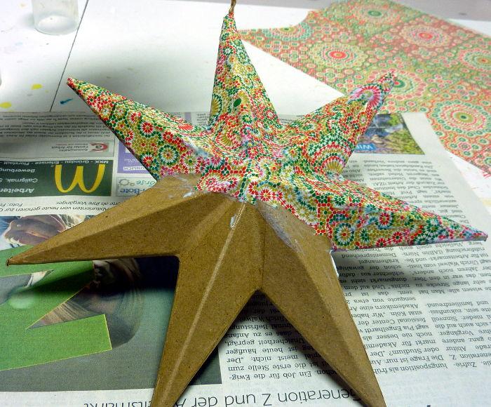 Pappmache Stern beim Bekleben mit Decopatch Papier