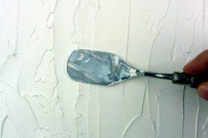 Leichtstrukturpaste flächig aufgetragen mit Malmesser