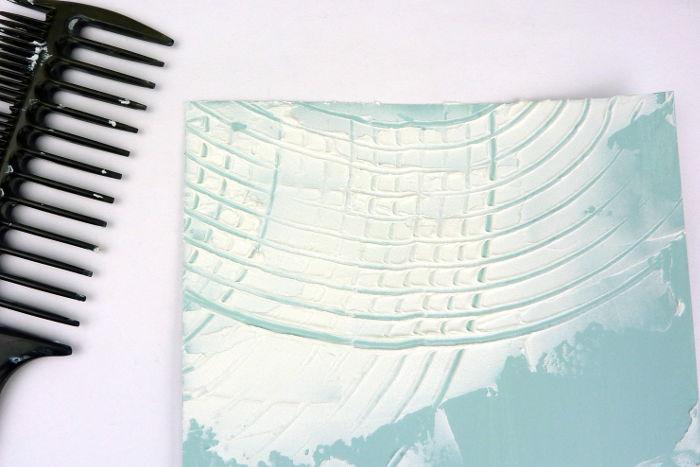 Muster mit groben Kamm erzeugt in Leichtstrukturpaste