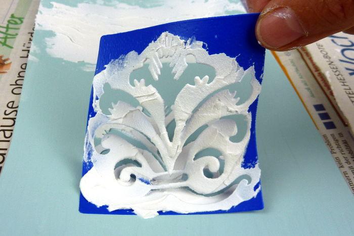 Oberflächenstruktur mit Schablone und Leichtstrukturpaste - Schablone abnehmen