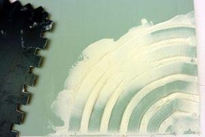 Oberflächenstruktur mit groben Zackenspachtel in Leichtstrukturpaste