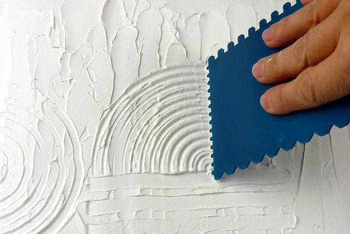 Reliefartige Struktur mit Zahnspachtel in Leichtstrukturpaste erzeugen