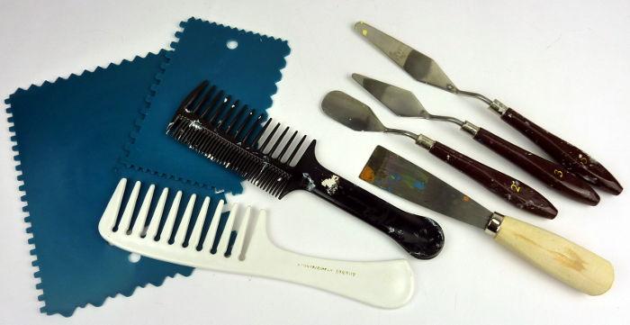 Werkzeuge zum Auftragen von Strukturmitteln: Zahnspachtel, Kämme, Spachtel, Malmesser