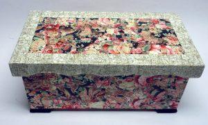 Holztruhe mit Décopatch Papier fertig beklebt