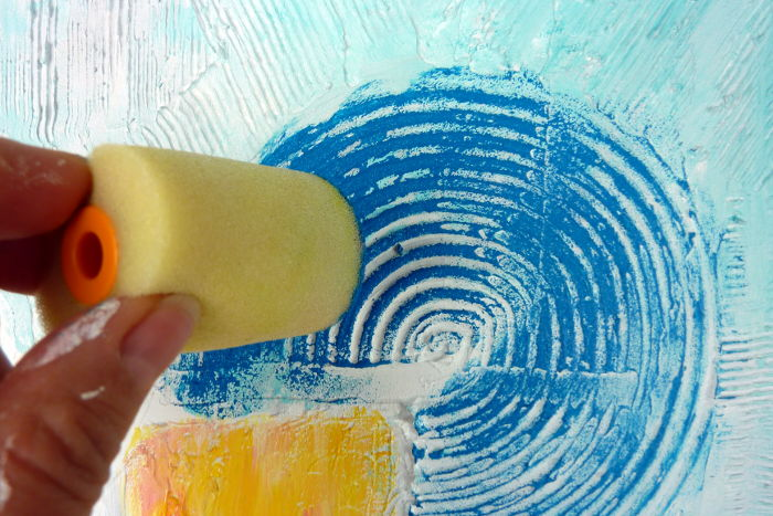 Betupfen der reliefartigen kreisförmigen Struktur mit blauer Acrylfarbe