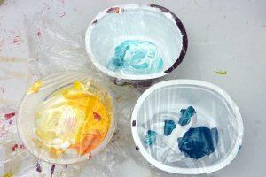 Acrylfarbe im Becher abgedeckt mit Folie