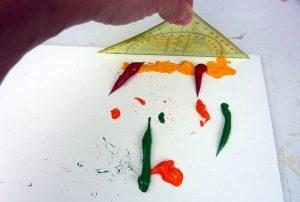 Geodreieck ansetzen zum Acrylfarbe schaben