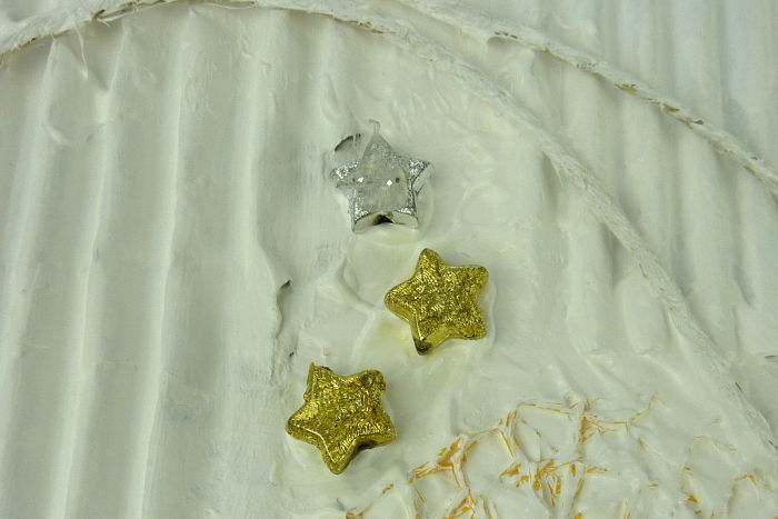 Sterne aus Kunststoff aufgeklebt mit Acrylfarbe