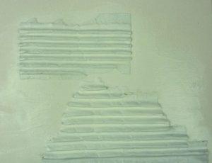 Wellpappe weiß grundiert mit Acrylfarbe