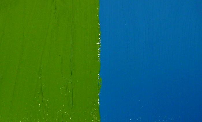 Perfekte Farbübergänge malen zwischen deckenden Acrylfarben. Farbtöne grün und blau.