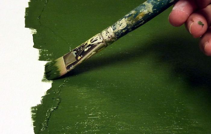 Acrylfarbe in grün aufmalen mit gerissener Schablone