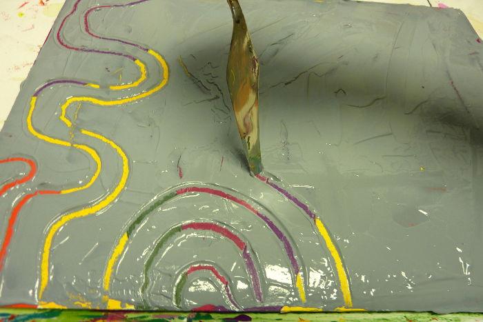 Farbe abkratzen mit einem Malmesser