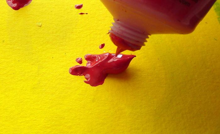 Acrylfarbe direkt aus der Tube auf den Malgrund auftragen