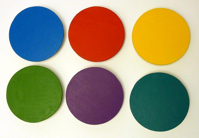 Runde Malkartons mit Acrylfarbe bemalt in unterschiedlichen Farben