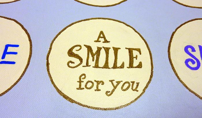 """Schriftzug """"A Smile for you"""" auf Leinwand geschrieben"""