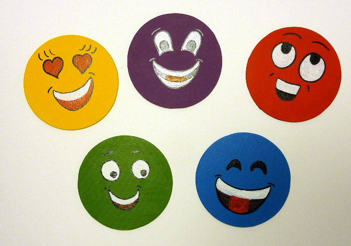 Smileys gemalt auf runde Malkartons