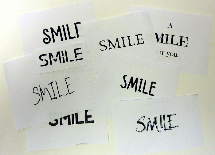 """Wort """"Smile"""" ausgedruckt auf Papier in verschiedenen Schriftarten"""