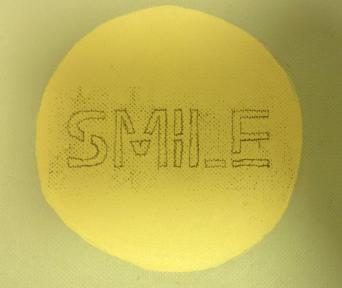 Wort Smile auf Leinwand mit Transferfolie übertragen